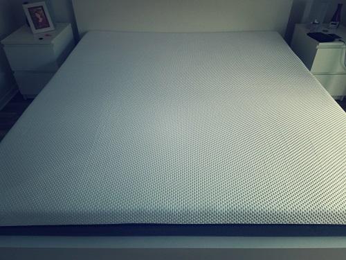 Emma Matratze ausgepackt auf dem Bett